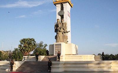 du-lich-campuchia-tham-quan-dai-tuong-niem-quan-tinh-nguyen-Viet-Nam-tai-Phnom-Penh